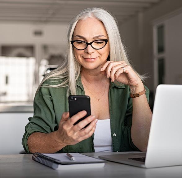 kobieta trzymając telefon